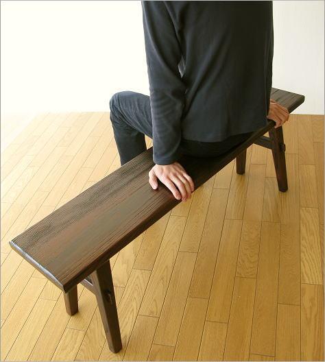 木製ベンチ120 座ったイメージ
