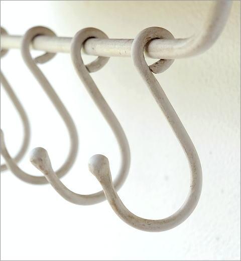 ホワイトアイアンのフック付きウォールラック(4)
