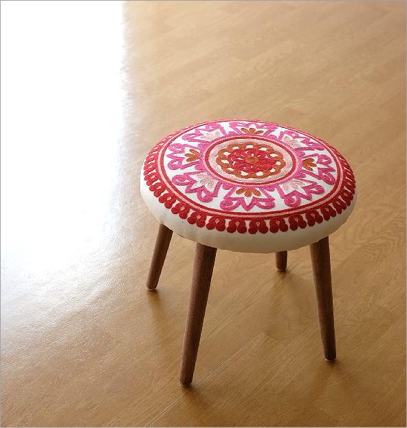 サークル刺繍スツール 赤(1)