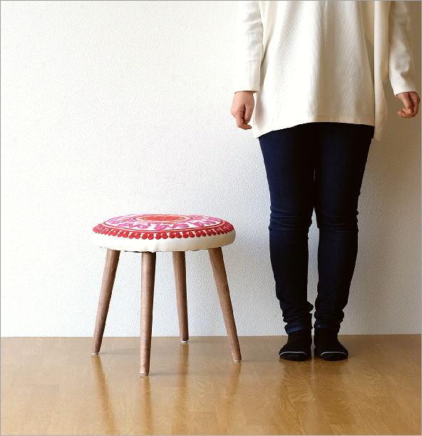 サークル刺繍スツール 赤(4)