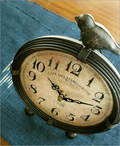 鳥がアクセントのアンティークな置時計