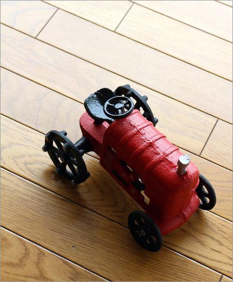 赤いトラクターのオブジェ(1)