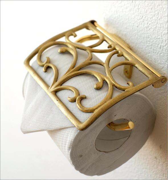 手作り感のあるアンティークゴールドのトイレットペーパーホルダー